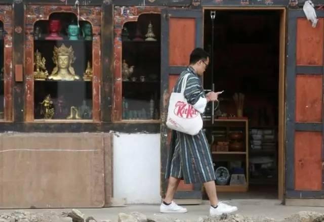 ▲图为不丹街头的年轻人,摄影:本报特派记者崔萌