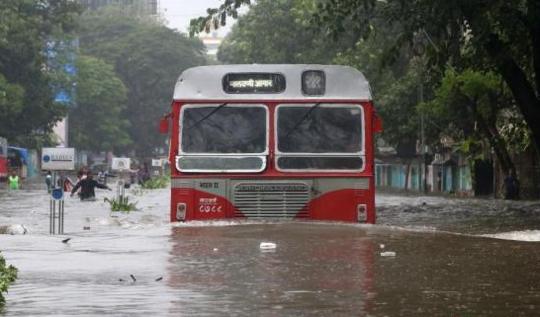 印度孟买暴雨成灾致至少5人死 交通瘫痪学校关闭