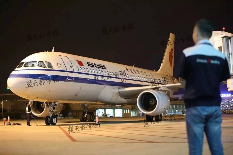 cz6176重庆飞回武汉的南航班机 记者从亚航等航空公司了解到,在新老