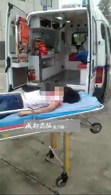 父亲开车撞死女儿:车体右侧从小女孩身上碾过