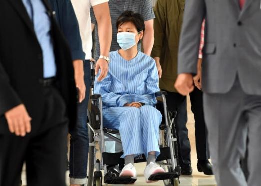 朴槿惠入狱5个月再度就医 坐轮椅现身白发显眼