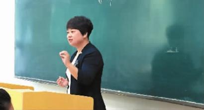 在讲台上给学生授课的林海燕老师图片