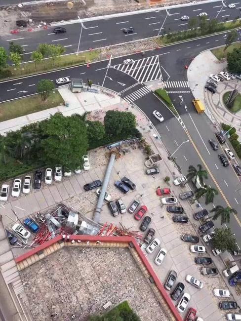 东莞巨型广告牌被狂风吹倒 砸毁八辆车 暂无人员伤亡