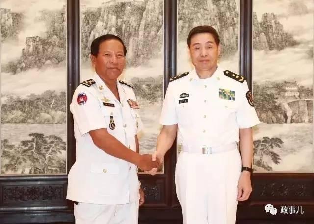 8月30日,沈金龙(右)会面柬埔寨水师司令迪文