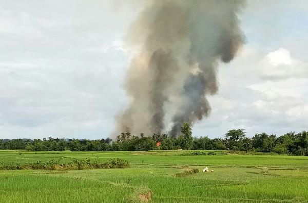 當地時間2017年8月29日,緬甸若開邦孟都,在該村鎮附近冒出滾滾濃煙。視覺中國 圖