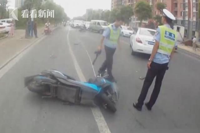 视频|热心市民齐上阵 合力抬车营救车祸伤者
