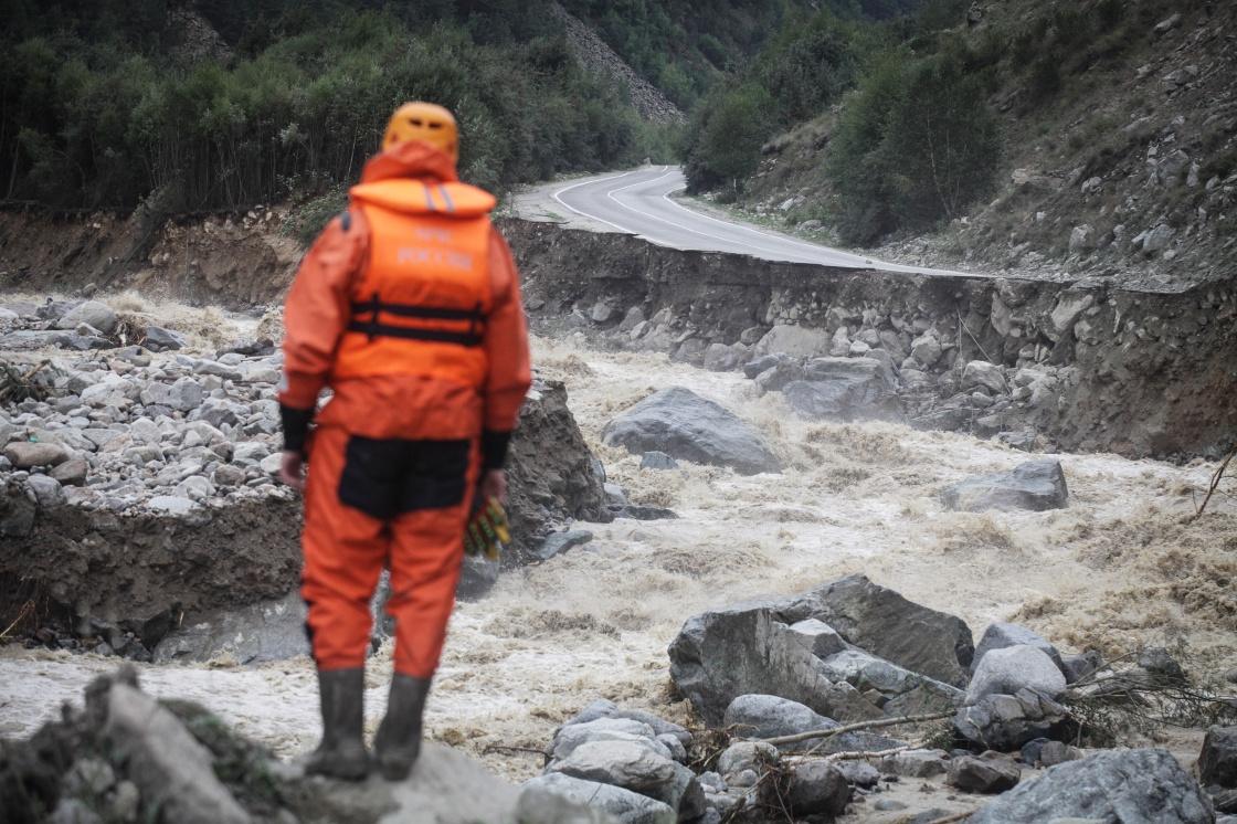 俄罗斯发生泥石流灾害500多人被困
