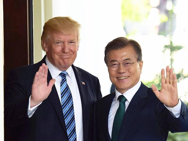 6月30日,美国总统特朗普(左)在白宫迎接到访的韩国总统文在寅。(新华社记者殷博古摄)