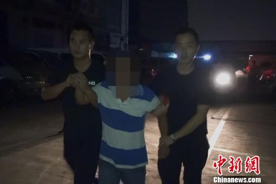 佛山铁路警方抓获怀疑人 陈毅虹 摄
