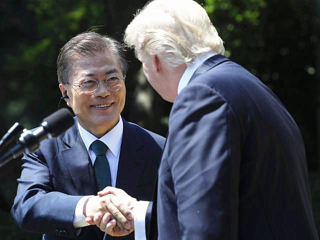 6月30日,美国总统特朗普(右)在白宫举行的联合新闻会上与韩国总统文在寅握手。(新华/路透)
