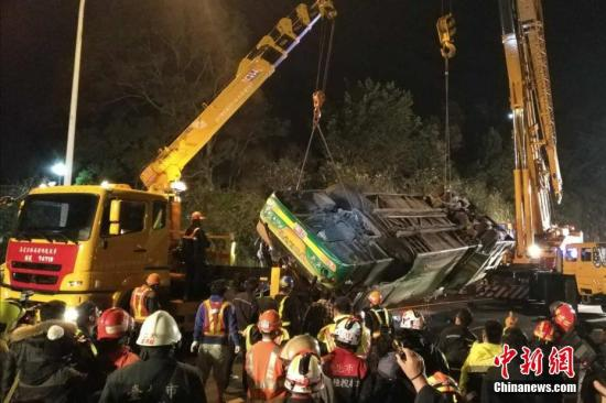发生事故的游览车被吊起。 中新社记者 陈林 摄