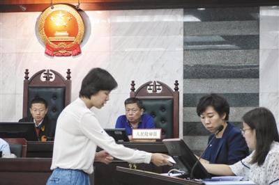 昨日,大兴区法院,原、被告双方交换证据。特斯拉公司因新车不能上北京新能源汽车牌照成被告。新京报记者 王嘉宁 摄