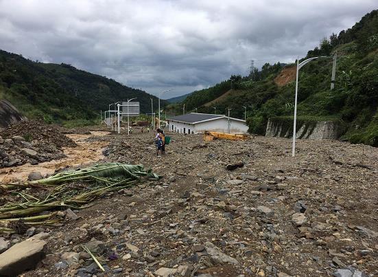 贵州持续暴雨引发泥石流 部分高速路被埋中断