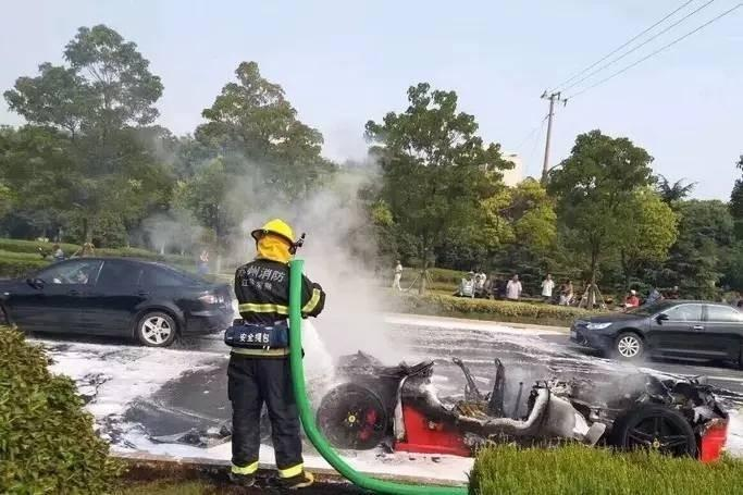救援人员在现场灭火。