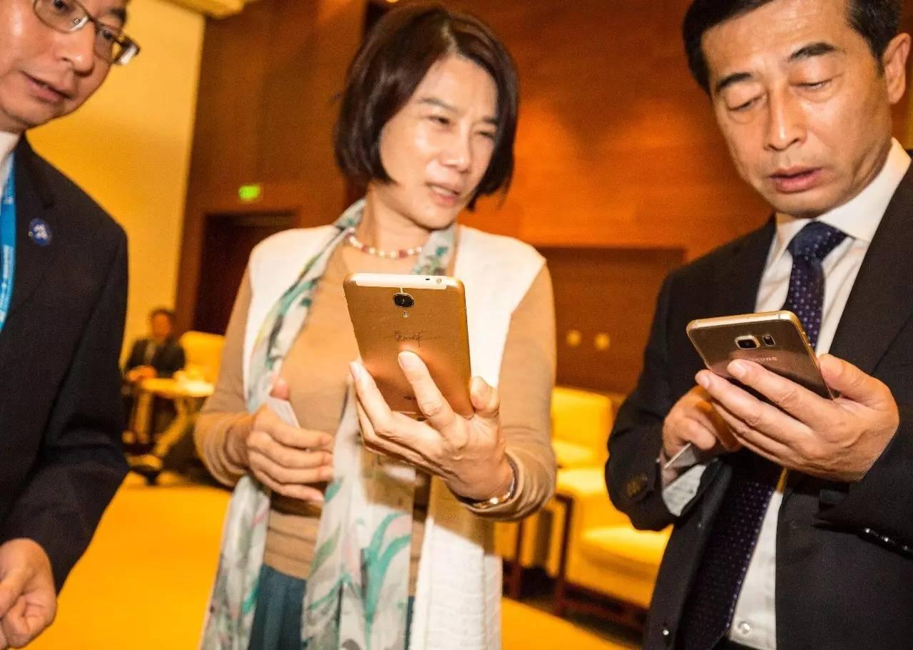 董明珠出席一帶一路區域合作高峰論壇也不忘推銷她的格力手機。@視覺中國