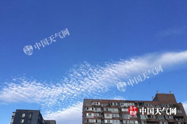 今晨,北京天空蔚蓝,阳光充分。张辉 摄