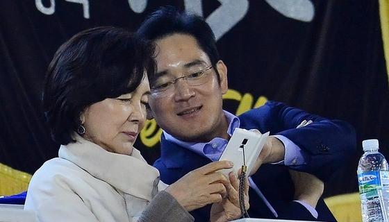 李在镕被羁押期间,母亲洪喜罗曾多次探视