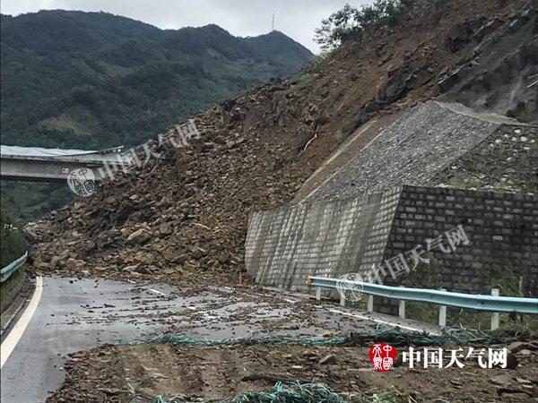 贵州册亨县泥石流致高速被埋 泥土最深处近4米