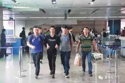 ▲嫌疑人姜思(化名)被押回大连。  警方供图