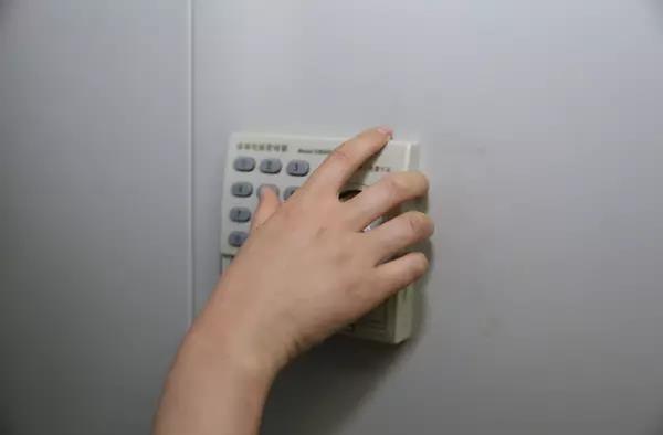中央纪委八室问题线索管理员房间内的密码柜。