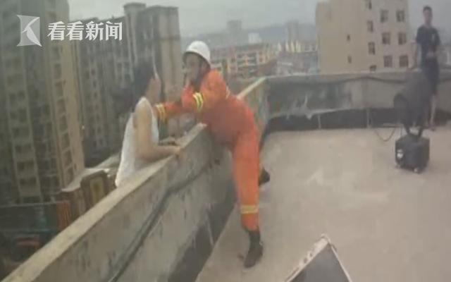 女子因债务纠纷欲跳楼 消防员飞身扑救化险为夷
