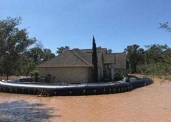 美得州一居民提前为房屋搭建人工堤坝躲过洪水