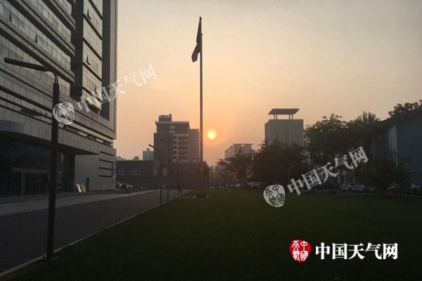 8日朝晨北京被轻雾覆盖,天空灰蒙蒙。