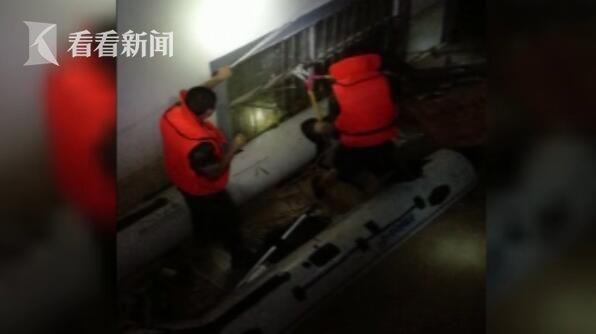视频|遭遇特大暴雨 消防员工作近4小时从敬老院抱出14名被困老人