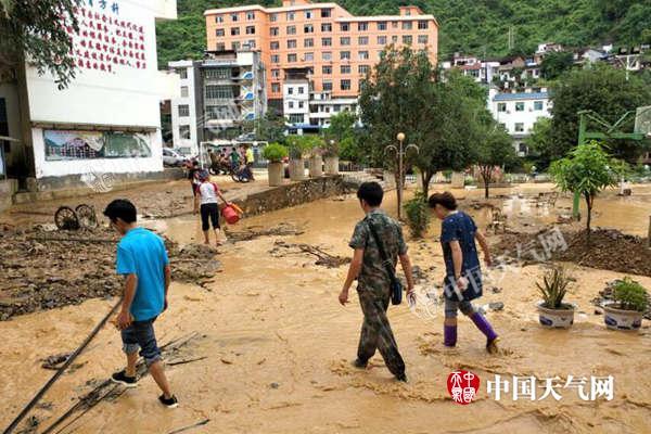 9月6日,云南强降雨致谷拉乡中心学校被淹。(摄/何世昌)