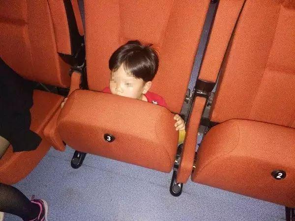 孩子被牢牢卡死在座椅里面(警方供图)