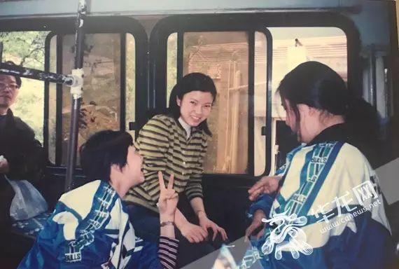 年轻时的黄怡老师和学生在一起 重庆市育才中学供图 华龙网发