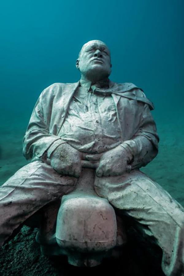 "作品""正面照""(Front Photo)、""管制解除""(Deregulated),均位于大西洋博物馆。Jason DeCaire Taylor图"