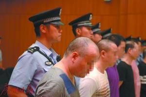 被告人在法庭听判,一审法院认定119人均罪名成立。