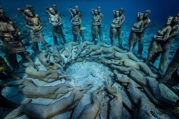"""""""巢""""被放置在美诺岛海岸线不远处的水域。雕塑群与预计在2019年落成的Bask Gili Meno酒店只隔了一段游泳可达的距离。Bask 图"""
