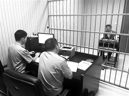 沈某在审讯室接受讯问。赵炜 摄