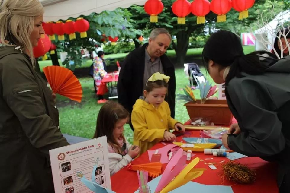 ▲英国孩子学习中国剪纸艺术 (图片来源:Facebook)