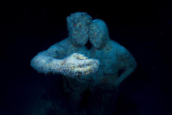 新生的珊瑚、水草逐渐出现在雕塑表面。Jason DeCaire Taylor 图