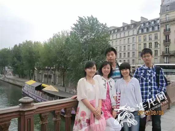 学生时代的张晶晶(前排左三)和黄怡老师(前排左二)合影 重庆市育才中学供图 华龙网发