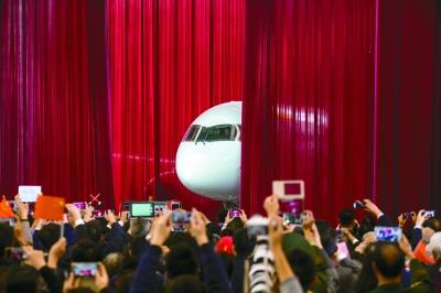 国产大型客机c919首架机总装下线. 光明图片
