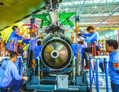 国产大型客机c919首架机发动机完成安装.光明图片