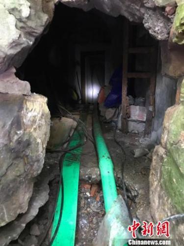工程人员正在从防空洞内抽取积水。 王子涛 摄