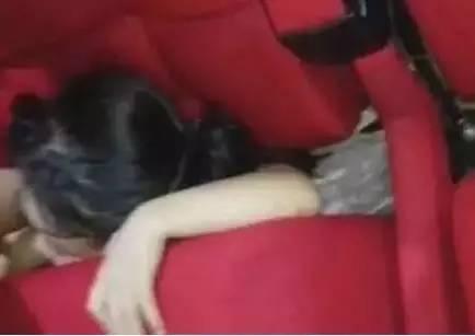 """5岁男孩被电影院座椅""""吞下"""" 只露出脑袋(图)"""