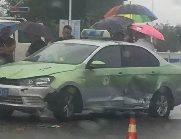 而那辆法拉利嘛…… 这起车祸发生在 滨海大道唐岛湾步行街北侧 身价