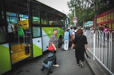 9月1日,回京办事的张国英老人坐班车到达国贸后,准备换乘公交车。