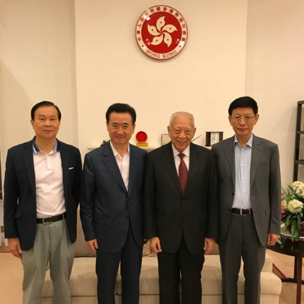9月8日,万达集团董事长王健林(左二)在香港拜会前特首董建华先生(右二)。万达集团官网图