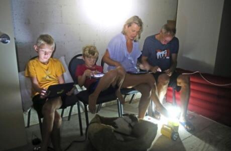飓风袭击下的美国佛州:富人包机撤 穷人桥下躲