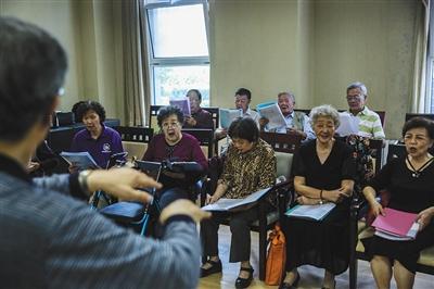 8月31日,燕郊一养老院,老人们正在排练歌曲。