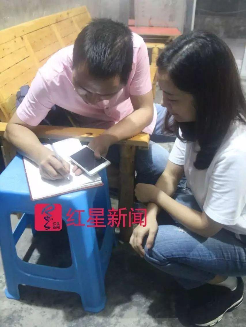 ▲蒲本乔向记者写妻子名字