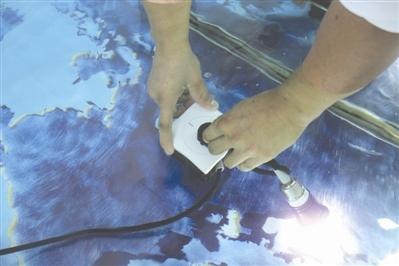 四川85后造出不怕水的插座:水中拔插插头不触电