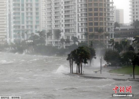 """资料图:当地时间9月10日,飓风""""艾尔玛""""抵达美国佛罗里达州沿海地区。"""